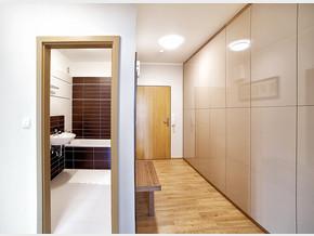 Vstupní hala a pohled do koupelny