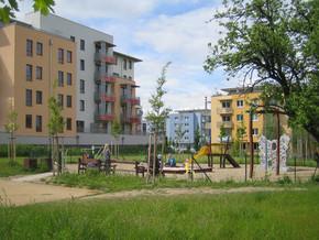 Dětské hřiště před budovou Řůže